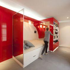 Móvel estante com cama embutida discreta em design moderno.