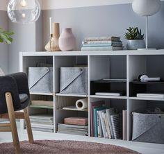 Notre étagère blanche KALLAX peut être installée horizontalement, comme un buffet. Elle peut être complétée par des corbeilles en fil et des accessoires en feutre qui permettent de tout organiser – stylos, papiers, lettres et magazines – avec une utilisation optimale de l'espace dans chaque casier.