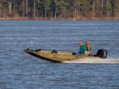 Learn how to make your own sneak duck and goose hunting boats. Duck Boat, Jon Boat, Duck Blind Plans, Duck Hunting, Hunting Stuff, Paddle Boat, Aluminum Boat, Boat Stuff, Boat Plans