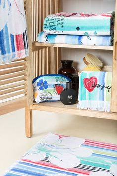 Desigual – Toiletries and towels double up as cute bathroom decorations!
