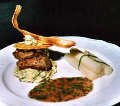 Dubbele lams-biefstuk met asperges en een Parmezaanse kletskop