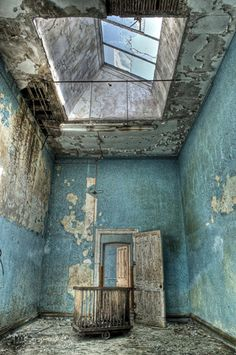 Though it is falling apart, I find this beautiful. Hellingly Mental Hospital, East Sussex, England, opened in 1903 and closed in Abandoned Buildings, Abandoned Asylums, Old Buildings, Abandoned Places, Beautiful Ruins, Beautiful Places, Mansion Homes, Abandoned Hospital, East Sussex