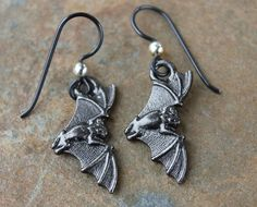 Perfect for Halloween or just any day if you have bats in your belfry. These earrings feature detailed gunmetal plated pewter bat charms hung on hypoallergenic niobium hooks. The hooks have a...@ artfire