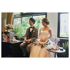 ソファ高砂⚐ . ソファ高砂のおかげで膝の上に  @manahana8 さんのリースブーケも おけて、ドレスともいい感じに♡ . 2人して同じところみてるなぁ…←('ω' )w dress: @maisonsuzu #tgoo花嫁組 #卒花 #プレ花嫁 #みんなのウェディング #juno4u #ウェディングニュース公式ミューズ #marryxoxo #ハナコレ #結婚式準備 #花嫁 #プレ花嫁 #farnyレポ #rakutenwedding  #muse5cco #5ccogirls #後撮り #前撮り #ブライダルフォト #結婚写真 #archdays #ウェディングドレス #くるみボタン #レース #mswj公開おめでとう #maisonsuzu  #メゾンスズ #ソファ高砂 #披露宴 #小枝アクセサリー #リースブーケ
