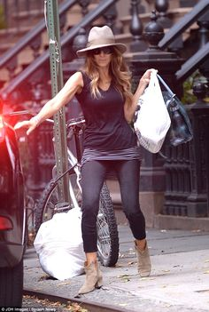 Simply does it: Sarah Jessica Parker steps out in New York wearing a casually chic outfit -- sand colored booties are an all-season footwear option! Estilo Carrie Bradshaw, Carrie Bradshaw Outfits, Sarah Jessica Parker, Love Her Style, Style Me, Chic Outfits, Fashion Outfits, Outfits Mujer, Rick Ross