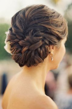 Bridal Hairstyles Updo:  Try out this hairstyle for your pre or post wedding ceremonies to snatch the crowd's attention. Low Bun Hairstyles, Wedding Hairstyles, Long Curly Hair, Curly Hair Styles, Low Buns, Mi Long, Wedding Updo, Updos, Braids
