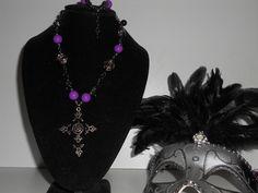 Purple faith. Wederom een ketting van prachtige glaskraaltjes met een kruis bezet met strass steentjes.