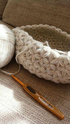 リフ編み?「ふ」にてんてんのリブ編みじゃないんです!てんてんなしのリフ編み。編み地が星や花びらのように可愛くなるかぎ針の編み方です。編み方動画と無料パターンがダウンロード出来るサイト、素敵なリフ編み作品をご紹介します♡ Crochet Case, Crochet Coin Purse, Form Crochet, Crochet Diagram, Knit Crochet, Crochet Quilt Pattern, Crochet Stitches, Knitting Designs, Knitting Patterns