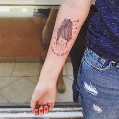 A representação clássica da mulher na tatuagem é altamente sexualizada. Pouca roupa, poses sensuais, aquele padrão de representação estereotipada da mulher na sociedade patriarcal que a gente já conhece bem não é mesmo? Mas esse jogo está virando – a nosso favor.