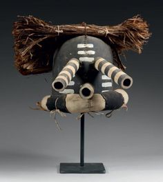 Masque de Kachina KWIKWILYAKA, Kachina-Moqueur, Kachina-Miroir HOPI, Arizona, USA Circa 1930-1940 Cuir, pigments, écorce de cèdre H: 29cm Ex-collection Roubiou, France Ex-collection Annabelle Collins, Kansas