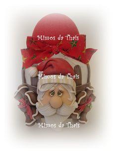Pote com Papai Noel feito de biscuit.