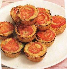 Πως να κάνουμε ατομικά πιτσάκια με σφολιάτα! Calzone, Stuffed Mushrooms, Muffin, Food And Drink, Peach, Fruit, Cooking, Breakfast, Party Recipes