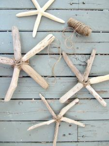 The Wicker House: Driftwood Starfish. All you need is driftwood, twine and hot glue! (real starfish are beautiful but have a smell, these are better) Driftwood Projects, Driftwood Art, Driftwood Ideas, Driftwood Mobile, Driftwood Jewelry, Beach Crafts, Diy Crafts, Decor Crafts, Summer Crafts