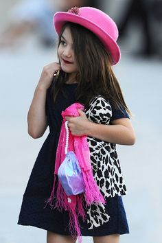 Встречайте настоящую модницу – Сури Круз, 10-летнюю дочь Тома Круза! Девочка с каждым разом все больше и больше удивляет своими нарядами. Юная леди предпочитает носить каблуки и яркие платья, различные аксессуары и шляпки. Мы уверенны, что в ярких сарафанах от Panpani Сури могла бы выглядеть очень стильно!  #panpani #панпани #детскаямода #пан #пани #модница #модник #мода #стиль www.panpani.com.ua