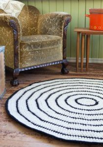 tapete de barbante croche na sala ambiente decorado circular branca e preto vintage nórdico escandinavo