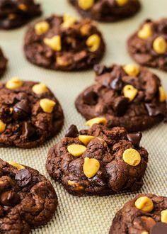 Sally's baking Addictionというblogのお菓子がゴテゴテの外国臭!  Mたっぷり入ったクッキー!すっごい色合いだなーもう!.    お次はカップケーキ。    カップケーキっちゅうのはこうじゃなきゃ。  濃厚なべっとりブラウニ生地の上にクッキーdoughをのせるとかさーーー!  カロリーすごそうだー。(因みに、doughというのはクッキーなどの生地のことで、焼く前の生地をアメリカの人達食べちゃうの!お腹痛くならないのかねー?)  キャラメルにくぐらせて色々デコったプレッツェルもやってみたーい!    外国の甘ーーーいお菓子好きにはたまらん写真がいっぱい載ってます!あー涎でるー。