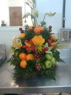 Arreglo floral con frutas Artificial Flower Arrangements, Fruit Arrangements, Artificial Flowers, Fruit Flowers, Diy Flowers, Flower Festival, Harvest Decorations, Church Flowers, Flower Centerpieces