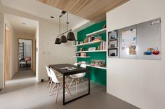 Apartment Design hellen dunklen Nuancen esstisch stuhl grün wand regale idee