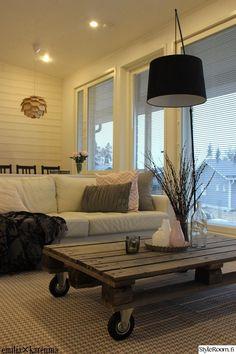 vaalea sisustus,moderni,skandinaavinen modernismi (50-60 luku),lavapöytä,sohavpöytä,puu,sohva,sohvatyynyt,kodikas