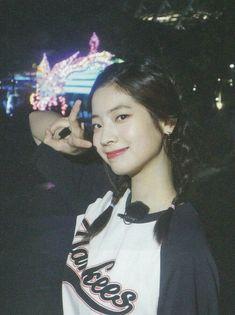 Save her pls❤❤❤😌 Nayeon, Kpop Girl Groups, Korean Girl Groups, Kpop Girls, K Pop, Tofu, Daehyun, Rapper, The Band