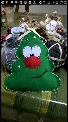 45 Button and Felt DIY Christmas Ornaments - Felt Christmas Decorations, Christmas Ornament Crafts, Christmas Sewing, Noel Christmas, Felt Ornaments, Christmas Projects, Handmade Christmas, Holiday Crafts, Deco Table Noel