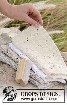 Shades of Sand wash cloths in seed st and lace pattern by DROPS Design. Free knitting pattern