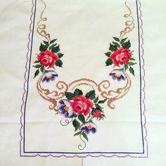 Güller ve kanaviçe. Örtünün yarısı bitti. Çok mu güzel olacak ne? Towel Embroidery, Embroidery Patterns Free, Cross Stitch Patterns, Paper Flowers Diy, Diy Paper, Stitch Crochet, Bargello, Table Linens, Doilies