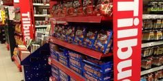 Tilbudsskilt i matbutikk - handle på tilbud og spar penger