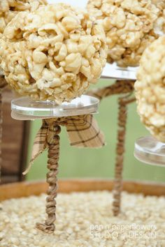 Popcorn Bar - best thing I have ever seen -- pair it with a hot dog bar/topping station & I'm set for life Popcorn Tree, Popcorn Balls, Pop Popcorn, Candy Table, Candy Buffet, Food Buffet, Yummy Treats, Sweet Treats, Oktoberfest Food