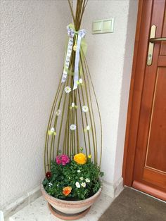 , traditions for toddlers , traditions church Easter Tree Decorations, Easter Wreaths, Christmas Topiary, Church Flower Arrangements, Easter Traditions, Decor Crafts, Home Decor, Porch Decorating, Plant Decor