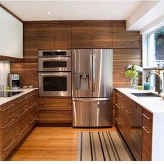 Cozinhas em tons de madeira é demaaiiiiisss pro meu corassauuum  aaaamo sem fim!!  Autoria de Projeto Desconhecida. Snap: Decoremais Meu Ig: @carolcantelli_interiores