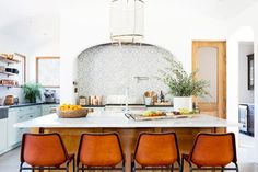 Home Tour: A Hip Couple's Fresh California Bungalow California Bungalow, California Homes, Australian Home Decor, Seattle Homes, Charleston Homes, Bungalow Homes, All White Kitchen, Spanish Style Homes, Bedroom Layouts