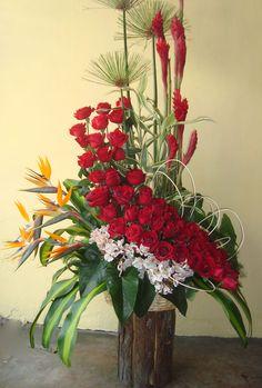 ARREGLOS FLORALES     E stos arreglos se utilizan para ocasiones especiales como grado, amor y amistad, matrimonios, cumpleaños entres otro...
