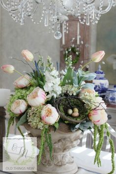 Not everybody's cup of tea and I'm certain my man would prefer it not to be our table centre piece for Easter but in my opinion this is the most adorable Shabby Chic floral arrangement for Easter that oozes old style charm and I would absolutely love a feature piece such as this one for my dining table at Christmas .