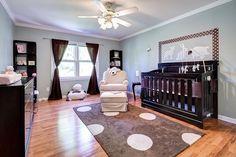 kinderzimmer babyzimmer wandfarbe salbeigrün dunkle holzmöbel