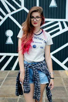 Meninices da Vida: Look: T-shirt college, short com patches e sapatilha.