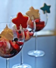 of July Ice cream sundaes with star cookies Star Cookies, Fun Cookies, 4th Of July Party, Fourth Of July, Floats Drinks, Bean Salad Recipes, 4th Of July Desserts, Strawberry Ice Cream, Independence Day