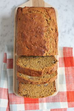 Pumpkin Banana Bread You Have To Try! Banana bread with a hint of pumpkin, cinnamon, ginger, nutmeg and cloves! This might become your favorite bread to bake in the fall! So delicious! Just Desserts, Delicious Desserts, Dessert Recipes, Yummy Food, Pumpkin Recipes, Fall Recipes, Bread Recipes, Baking Recipes, Pumpkin Banana Bread
