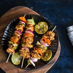 Mit dieser Marinade aus Tomaten, Knoblauch und orientalischen Gewürzen gibst du diesen Fisch-Spießen die spezielle Note Marokkos mit auf den Grill.