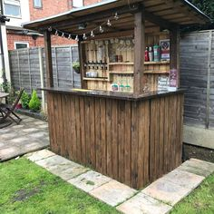 Backyard Pallet Bar Pallet Furniture Bar, Outdoor Bar Furniture, Outdoor Pallet Bar, Pallet Home Decor, Pallet House, Diy Pallet Projects, Pallet Ideas, Outdoor Decor, Furniture Ideas