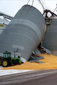 John Deere Cleaning Up By Downed Grain Bin Old Tractors, John Deere Tractors, Chevy Jokes, Farm Humor, Grain Storage, Scrap Metal Art, Farms Living, Blackpool, Heavy Equipment