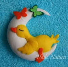 Felt Creation by Hada Natura - Duckling sleeping on the moon Baby Crafts, Felt Crafts, Crafts For Kids, Arts And Crafts, Craft Projects, Sewing Projects, Felt Mobile, Felt Baby, Felt Birds