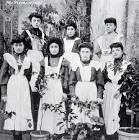 LE CATERINETTE- Le ragazze nubili il giorno di Santa Caterina si fanno acconciature spettacolari, che ricordano le enormi coiffures delle donne eleganti al tempo di Luigi XIV , realizzate con Satin,carta, fiori e piume di struzzo