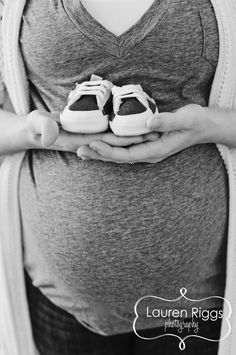 50 great ideas for your maternity photoshoot! Everything from fall, winter, summ… 50 great ideas for your maternity photoshoot! Maternity Photography Poses, Maternity Session, Summer Maternity Photos, Photography Ideas, Maternity Photo Props, Summer Photography, Single Mom Photography, Couple Maternity Photos, Outdoor Maternity Photos