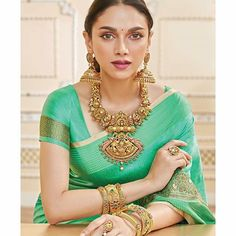 Banarasi Saree with quintessential Temple jewellery Aditi Rao Hydari in Warp 'n Weft Summer Look in Khinkhwab Silk for Styled by assisted by. Antique Jewellery Designs, Indian Jewellery Design, Gold Jewellery, Temple Jewellery, Bridal Jewellery, Designer Jewellery, Jewelery, South Fashion, Fashion 2020