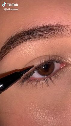 liner – Make-Up İdeas Makeup Tutorial Eyeliner, Makeup Looks Tutorial, Eyebrow Makeup, Skin Makeup, Makeup Art, Eyeliner Hacks, Makeup Eye Looks, Eye Makeup Steps, Simple Makeup