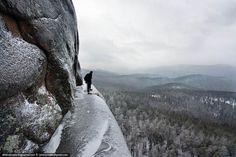 Certains photographes et casse-cous ne sont pas vraiment attirés par le bon vieux plancher des vaches... C'est le cas de ce photographe russe qui nous régale avec des clichés pris depuis le sommet des montagnes et des monuments d'Europe de l'Est, à plusieurs centaines ...