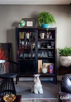 05-cristaleira-confira-modelos-antigos-e-repaginados-dessa-peca Restoring Old Furniture, Black Painted Furniture, Muebles Living, Study Nook, Home Design Decor, Home Decor, Small Bars, Black Lamps, Milk Paint