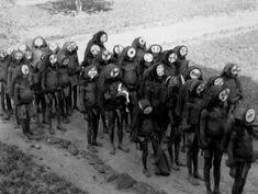 Des garçons reviennent de leur initiation dans le Poro. Une société secrète d'Afrique centrale aidait les jeunes hommes à se civiliser.