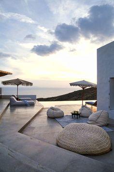 Diese Sommerhäuser machen Sommerlaune – wir haben die Architekten und Interiordesigner von Block722 zum Interview getroffen und über die von ihnen entworfenen Ferienhäuser auf der griechischen Insel Syros gesprochen.